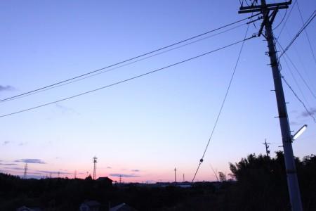 日の出前の空。うっすらと明るくなりつつ、地平線は朝焼けで赤く染まってる。