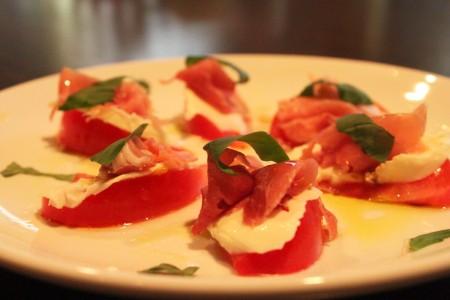 トマトとモッツァレラチーズと生ハムのカプレーゼ